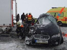 Dopravu na dálnici D1 dvě hodiny komplikovala nehoda osobního auta s hasičským