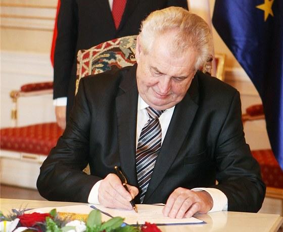 Prezident Milo� Zeman podepsal na Pra�sk�m hrad� evropsk� stabiliza�n�
