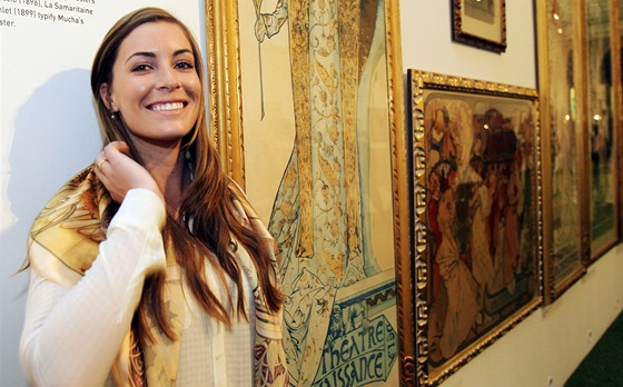Marika Lendlová na výstavě plakátů Alfonse Muchy v pražském Obecním domě
