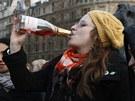 """""""Čarodějnice je mrtvá"""" stojí na tričku jedné z žen, které na Trafalgaru slaví"""