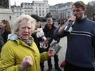 Lidé na londýnském Trafalgaru slaví smrt 87leté Margaret Thatcherové (9. dubna
