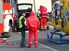 Prudký náraz vůz zdeformoval a pro hasiče bylo velmi náročné řidiče vyprostit.