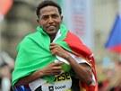 MULTIFUNKČNÍ VLAJKA. Tadesemu posloužila eritrejská vlajka jednak k oslavám,...