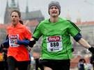 ZIMNÍ PROPRIETY. Chladné počasí přinutilo závodníky vytáhnout i kulichy a...