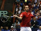TREFÍ? Srbský tenista Viktor Troicki se trochu krkolomně staví k úderu v zápase