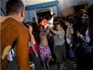 V době, kdy se požár vznítil, ve škole přespávalo asi 75 sirotků. Většina z