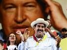 Nicolas Maduro během setkání se svými příznivci. V pozadí portrét Huga Cháveze...