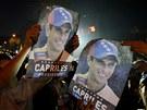 Příznivci opozičního prezidentského kandidáta Henriquea Caprilese mávají jeho