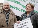 Vyvěšení vlajky doprovodily protesty kritiků Evropské unie, zástupců menších