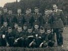 Třídní fotografie 3. ročníku. Zcela vlevo třídní učitel, zcela vpravo velitel...