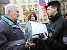 �lenov� hnut� Hole�ovsk� v�zva se se�li p�ed ��adem vl�dy v Praze. (8. dubna