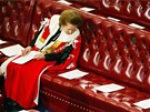 Bývalá britská premiérka Margaret Thatcherová čte zasedací pořádek před...