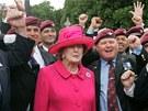 Bývalá britská premiérka Margaret Thatcherová pózuje s válečnými veterány bitvy
