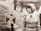 Margaret Thatcherová u minového pole na Falklandských ostrovech (10. března...
