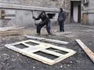 Okolní domy ještě nabízejí dostatek dřeva na otop, byť zřejmě nelegálně. Ale