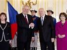 Milo� Zeman si srde�n� tiskne ruku se slovensk�m prezidentem Ivanem Ga�parovi�em