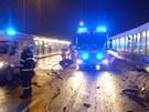 Nehoda osobního auta v Ostravě, kdy řidič narazil do zastávky MHD.