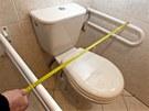 Madla jsou na toaletě příliš daleko od sebe. To by mohlo při vstávání činit