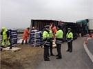 Kamion vezoucí náklad psích granulí se převrátil na bok na sjezdu z dálnice D1.
