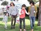 Sara Gilbertová se svými dětmi a snoubenkou Lindou Perry.
