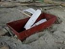 Kovové schránky objevené pod podlahami některých stánků v likvidované tržnici v