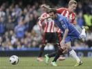 BALETKA. Fotbalista Chelsea Juan Mata se v souboji o m�� vyh�b� Sebastianu
