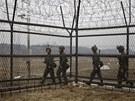 Severokorej�t� voj�ci nedaleko demilitarizovan� z�ny, je� odd�luje ob� ��sti
