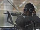 Jihokorejsk� pozorovatel sleduje d�n� na druh� stran� hranice (5. dubna 2013).