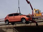 Škodu na autě policie odhadla na 140 tisíc korun.