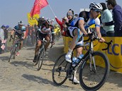NA KOSTKÁCH. Zdeněk Štybar při závodu Paříž-Roubaix, před ním uhánějí v úniku