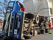 Nákladní auto s kontejnerem odpadků se v pondělí před osmou hodinou ranní (8.