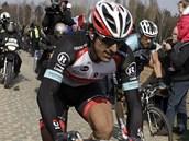 Dlážděná ulička mezi špalírem diváků v závodě Paříž - Roubaix