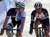 KDO MĚ TO PŘEDJÍŽDÍ? Sep Vanmarcke (vlevo) se ohlíží na Fabiana Cancellaru,