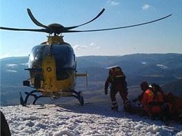 Pro zraněného paraglidistu museli hasiči slanit a vytáhnout ho na plošinu k