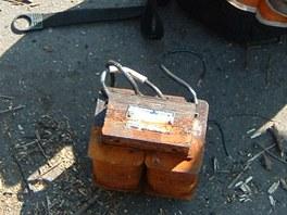 V batohu, který žena zahodila, strážníci našli transformátor k osvětlení.