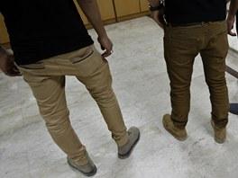 Úzké kalhoty s nízkým pasem jsou v Evropě u mladých mužů velmi oblíbené. V Gaze