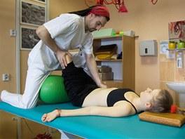 Fyzioterapeut Radek Wiaczka se snaží každý den rozhýbat ochrnuté tělo Dominiky