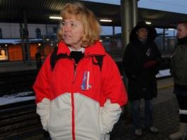 Lidé na nádraží v Ostravě-Svinově čekají na zvláštní vlak iniciativy Holešovská