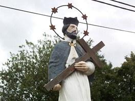 Typický příklad lidové reflexe legendy: socha sv. Jana Nepomuckého na můstku v
