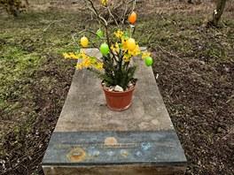 Pomník jako vzpomínka na dopravní nehodu v Březhradu v dubnu 2003