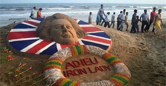 Adieu Železná lady. Písečná plastika na pláži v indickém Puri (9. dubna 2013)