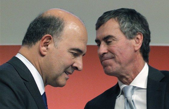 Ministr financí Pierre Moscovici (vlevo)  a ministr rozpočtu Jerome Cahuzac na