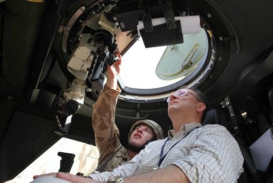 Premiér Petr Nečas si prohlíží výzbroj českých vojáků v Afghánistánu (září 2012  ).