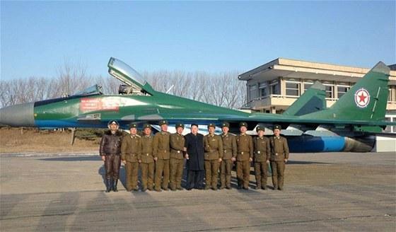 Kim Čung-un (uprostřed) se nechává fotografovat letounem MiG-29