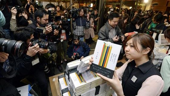 Japonci stojí fronty na nový román Harukiho Murakamiho.