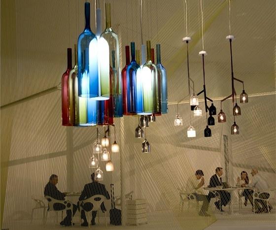 Expozice firmy Lasvit - v popředí září svítidla od Arika Lévyho.