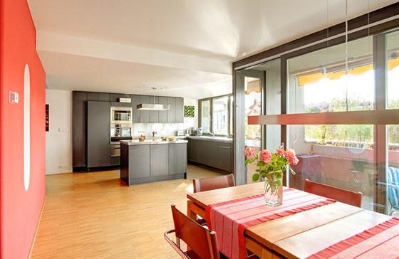 Vestavba 1: Kuchyň s jídelnou mají rovné stropy, velká francouzská okna a