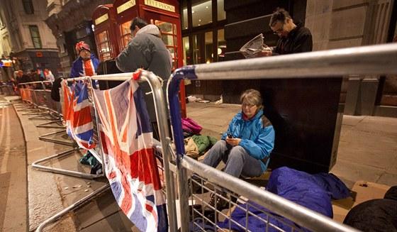 Lidé strávili chladnou noc před pohřbem Margaret Thatcherové (17. dubna 2013)