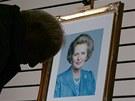 Portrét Margaret Thatcherové u kondolenční knihy v Granthamu
