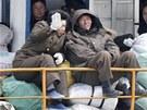 Severokorejci na lodi plující po řece Yalu, která tvoří hranici s Čínou (11....